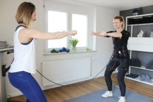 Trainerin Sandra beim EMS Training mit Kundin